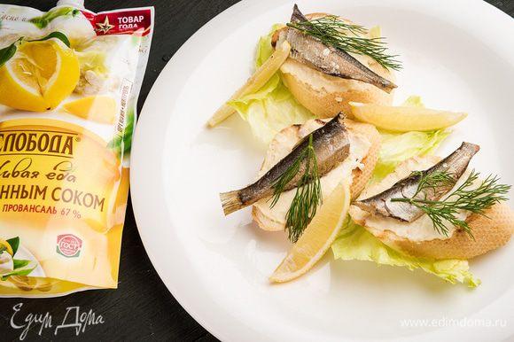 На сервировочное блюдо выложить листья салата, на каждый лист — бутерброд, а сверху — веточку укропа.
