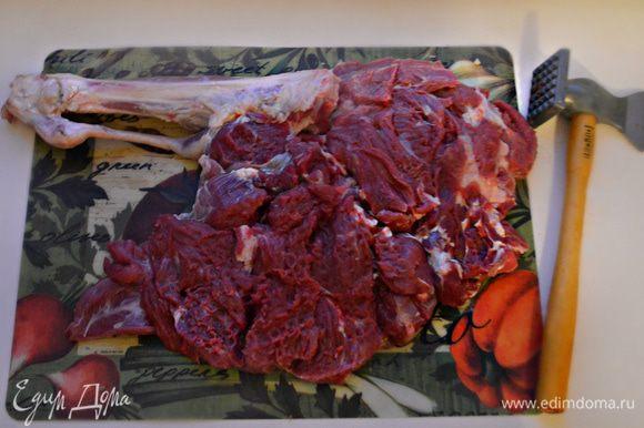 Баранью ногу откройте и отбейте молотком для мяса. Посолите и поперчите ножку с обеих сторон.