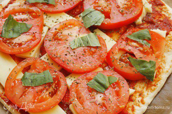 Раскатать тесто, смазать томатной пастой, уложить моцареллу кусочками, сверху — помидоры кружочками. Приправить слегка солью и перцем, свежим базиликом.