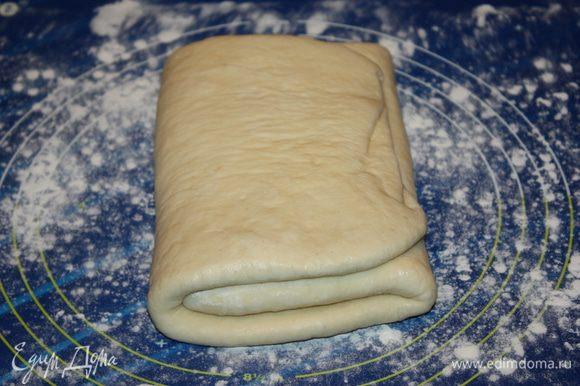 Прослаивание теста. Масло (400 г) для прослойки теста делим на 7 равных частей. Рабочую поверхность слегка подпыляем мукой и выкладываем на него тесто. Раскатываем его в прямоугольный пласт. Смазываем 2/3 поверхности теста одной частью масла. Складываем тесто в три раза. Сначала заворачиваем край не промазанного теста, а на него кладем промазанный край.