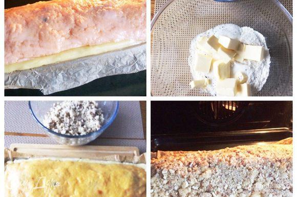 Отправляем форму с пирогом в разогретую до 170°С духовку на 10 минут. Тем временем приготовим последний слой пирога — крошку. Для этого смешиваем миндаль, муку, сахар, ваниль и сливочное масло до получения рассыпчатой массы. Вынимаем пирог из духовки, сверху распределяем крошку и отправляем пирог обратно в духовку на 50 минут.