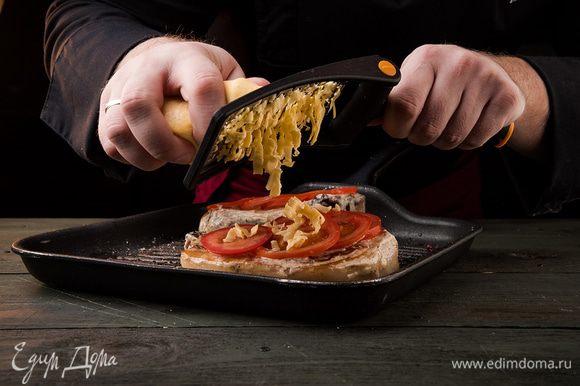 Сверху посыпать мясо тертым сыром. Поместить противень в духовку и запекать мясо 15 минут при 180°С.