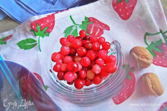 На дно бокала насыпать по ложке ягод. Замороженные вынуть заранее и дать подтаять.