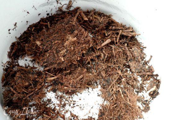 Измельчаем плитку. Кладем чай в небольшую кастрюлю (желательно эмалированную, без сколов, главное — не металлическую).
