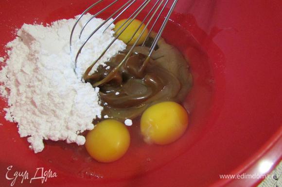 В миске соединить яйца, сгущенку и сахарную пудру.