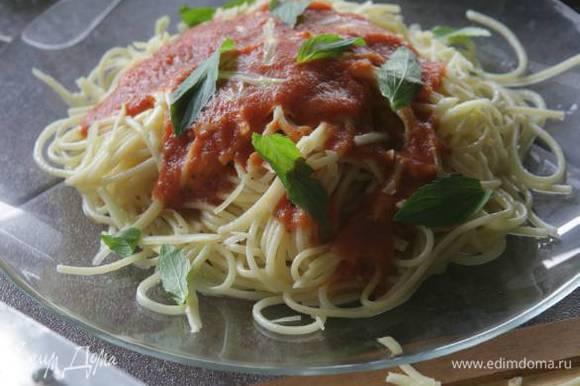 Выложить спагетти в сковороду, влить оставшееся оливковое масло, лимонный сок и перемешать, затем добавить томатный соус, половину натертого сыра и порванные руками листья мяты, еще раз все перемешать. Подавать немедленно, посыпав оставшимся сыром.