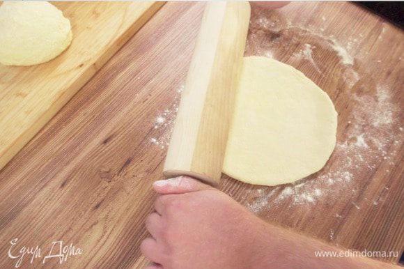 Разделить тесто на 2 части, раскатать одну часть в тонкий пласт.