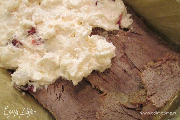 Форму для террина накрываем пищевой пленкой. Выкладываем первый слой из ломтиков ростбифа. По ростбифу распределяем йогуртовую массу.