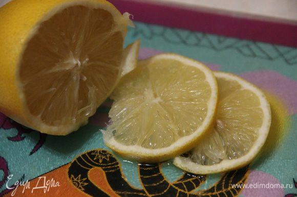 Тем временем нарежем пару долек лимона и тоже добавим в напиток. Оставим настой на 15 минут.
