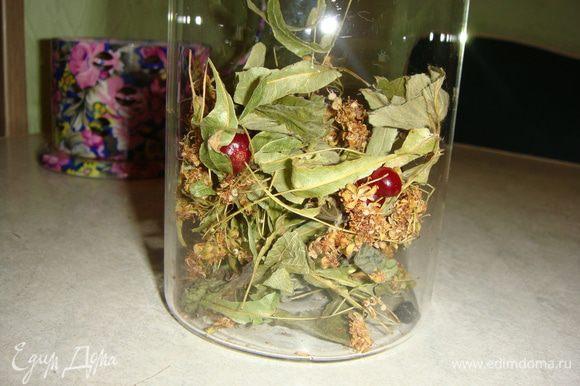 Мой травяной сбор: липа, листья смородины, клубники, малины, мята и мелисса. Положить в заварной чайник травы, клюкву, сушеную смородину и малину. Можно положить любые ягоды и травы, которые вам нравятся.
