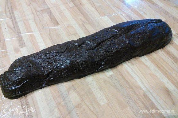 Из теста сформировать колбаску, обернуть в пищевую пленку и отправить в холодильник на 1 час. Чем плотнее будет тесто, тем легче оно будет резаться.