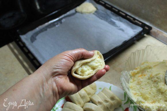 Наполните начинкой получившийся колпачок, слегка сожмите края и получившуюся ракушку положите на смазанный лист пергамента. Также нежно, не спеша сформируйте все ракушки.