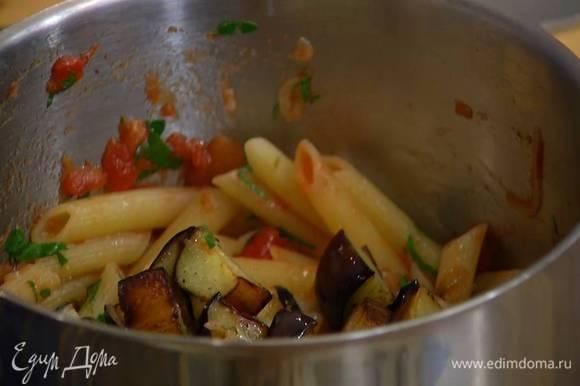 Горячие макароны перемешать с теплым соусом и измельченной петрушкой, затем добавить обжаренные баклажаны и еще раз перемешать.