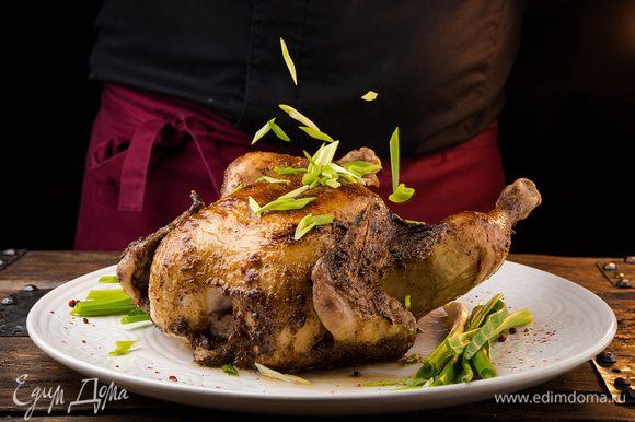 Готовую курицу смазать третьей порцией глазури, посыпать зеленым измельченным луком.