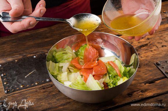 Выкладываем в салатник овощи, сверху — кусочки лосося. Поливаем заправкой, перемешиваем. Сверху посыпать кунжутом.