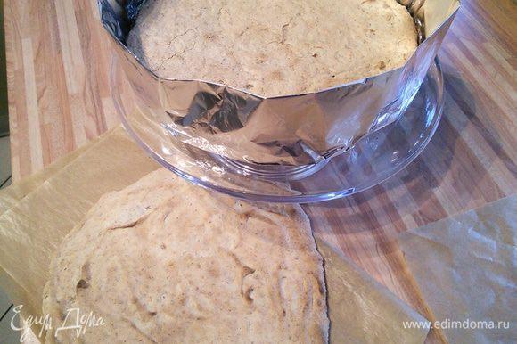 Выкладываем один из коржей на блюдо. Вокруг устанавливаем круг от разъемной формы (у меня конструкция из фольги).