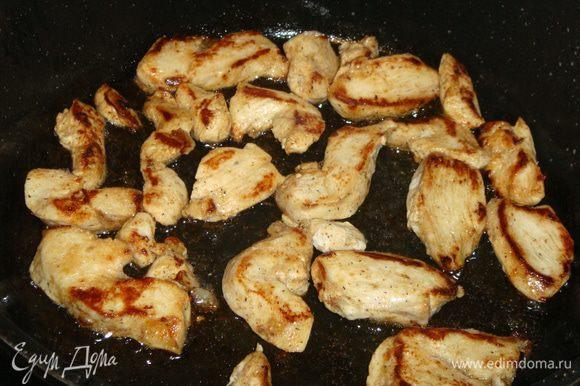 Сковороду разогреть с небольшим количеством растительного масла. Обжарить филе с двух сторон и выложить.