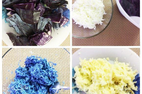 Т.к. я хотела оформить салат в виде Снегурочки, то нужно было «шубку» покрасить в голубой цвет. Сделать это можно при помощи сока красной капусты. У меня был небольшой вилок, я выжала сок при помощи соковыжималки. Отделяем белки от желтков. Натереть белки на мелкой терке и окрасить соком капустным. Картофель натереть на крупной терке.