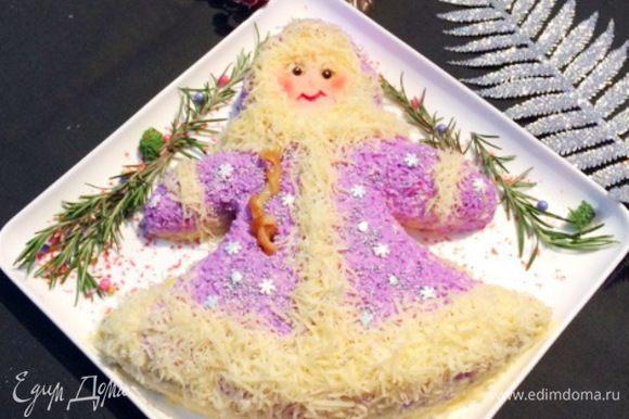 Немного колдовства, и вот такой салат в виде Снегурочки можно подать к праздничному столу.