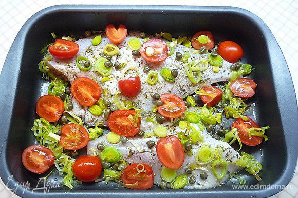 Форму для запекания смазываем оливковым маслом, выкладываем камбалу. На рыбу и вокруг нее укладываем лук-порей, помидоры черри и каперсы. Сбрызгиваем овощи и рыбу оливковым маслом и запекаем в разогретой до 200°С духовке около 30 минут.