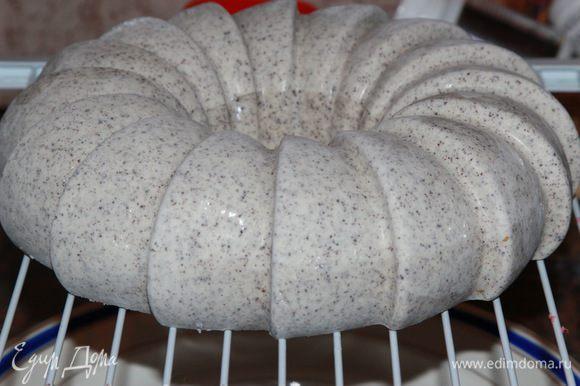 Спустя сутки, вынимаем торт из формы, ставим на подставку, под подставку помещаем чистую тарелку и заливаем торт зеркальной глазурью. Как готовить глазурь, я подробно описала здесь http://www.edimdoma.ru/retsepty/81293-tvorozhno-mussovyy-tort-eklips , поэтому извините, но здесь описывать не буду.