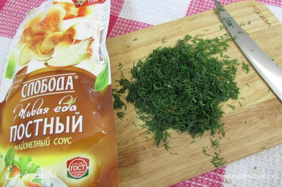 Укроп помыть, обсушить на бумажном полотенце. Отделить зелень от стеблей и мелко нарезать.