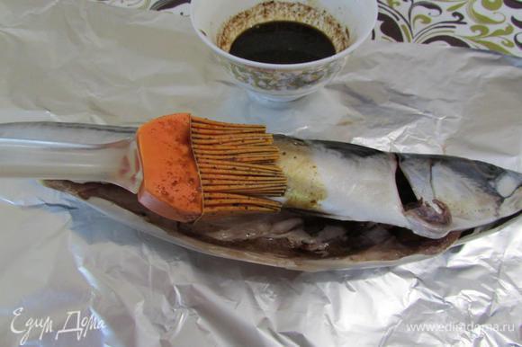 Скумбрию выпотрошить, удалить жабры, хорошо промыть под водой. Обсушить и смазать маринадом внутри и со всех сторон. Использовать весь маринад. Рыбу завернуть в фольгу и запекать в разогретой духовке (180°С) 35 — 40 минут. Рыбу остудить в фольге.