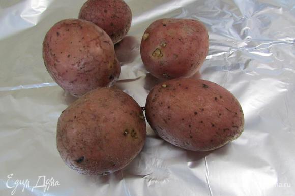 Картофель помыть, обсушить, завернуть в фольгу. Запекать в духовке до готовности. Дать остыть.