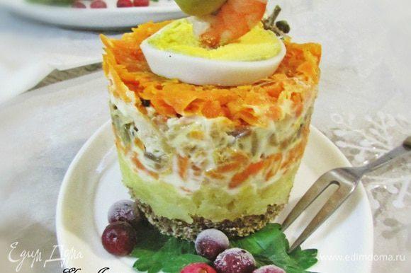 Канапе освободить от кольца. Сверху выложить кружочек яйца. Можно украсить креветкой и оливкой.