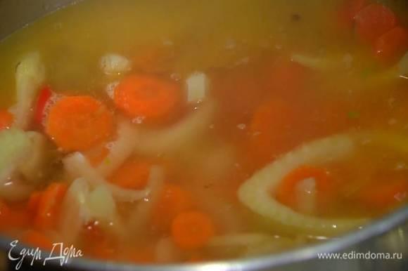 Залить овощи горячей водой, так чтобы они были полностью покрыты, и варить до готовности моркови 15‒20 минут.