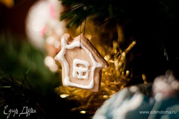 Если хотите потом эти печенья повесить на елку в качестве украшения, то нужно еще в сырых заготовках проделать дырочки для нитки с помощью зубочистки или спички, например.