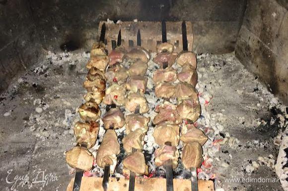 Жарим шашлык на углях. Можно добавить ветки винограда, они дадут прекрасный аромат. Если жарить только на виноградной лозе, то надо брать не менее 6 — 7 кг.