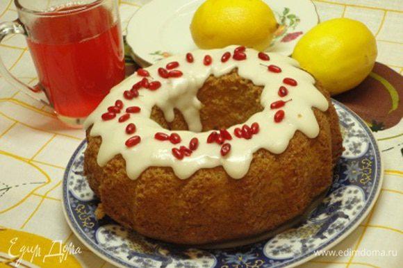 Глазурь практически сразу же выливаем на кекс, поэтому ее готовить надо, когда кекс остынет полностью. Глазурь быстро застывает и не прилипает к рукам.