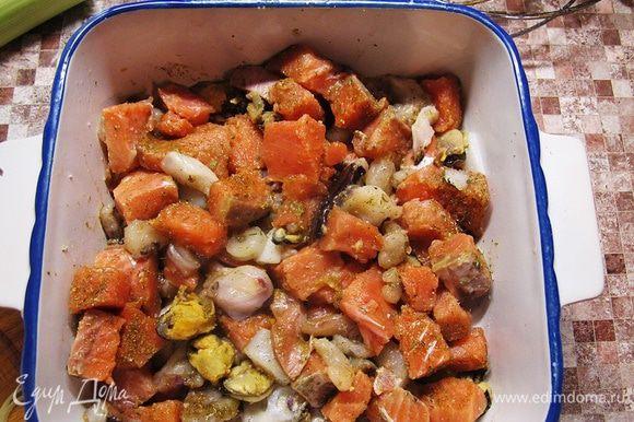 Морской коктейль разморозить, лосося ТМ «Магуро» нарезать небольшими кубиками. Все сложить в жаропрочную посуду для запекания, посолить, посыпать специями для рыбы, полить лимонным соком.