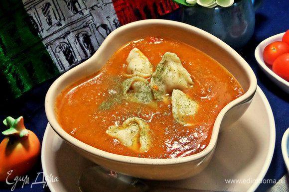 В Италии тортеллини также подают в суп-пюре.