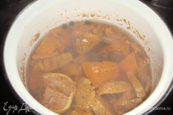 Через 10 минут добавить в кастрюлю 1/4 лимона и варить еще 10 минут.