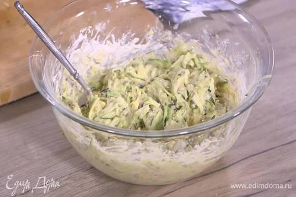 К цукини добавить все фисташки и взбитые с маслом яйца, всыпать муку с разрыхлителем и вымешать тесто.