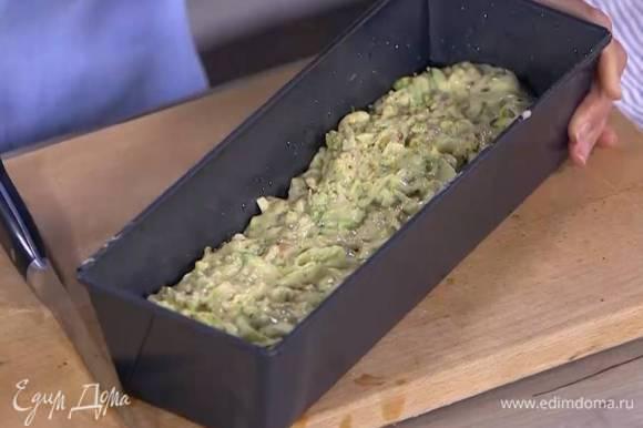Продолговатую форму для кекса смазать оставшимся оливковым маслом, выложить тесто и разровнять его.