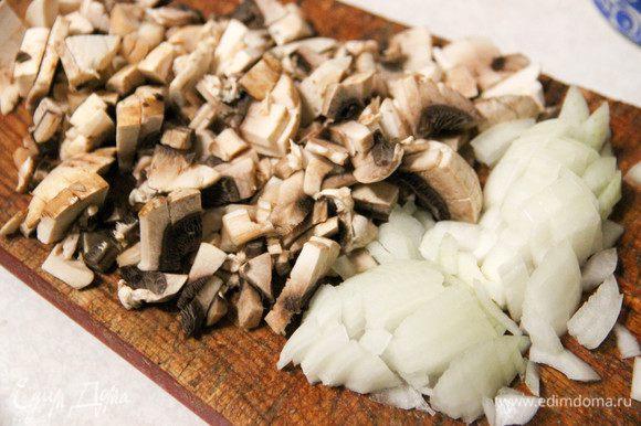 Нарезаем шампиньоны и лук (на каждую порционную формочку у меня получилось по три гриба). Тушим в масле минут 10.