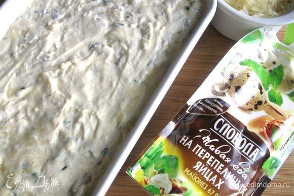 В верхний слой картофеля также добавить яйцо со сливками, выровнять, смазать слоем майонеза ТМ «Слобода» На перепелиных яйцах.