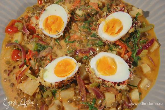Базилик мелко порубить, добавить к овощам, все перемешать и выложить на тарелку, сверху поместить половинки яиц.
