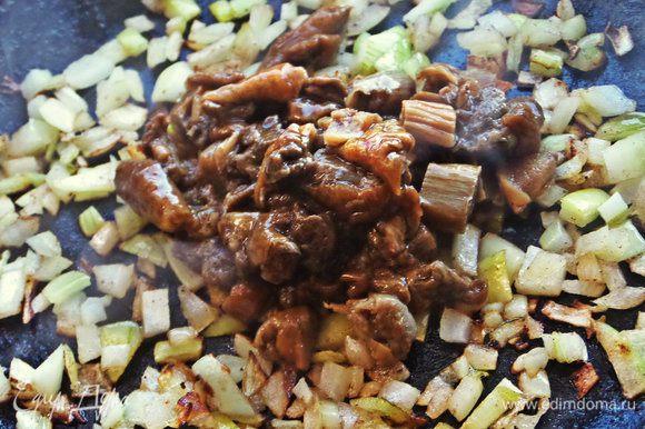 Добавить к луку уже готовые измельченные грибы (у меня размороженные, лесная смесь, обжаренные заранее) 4 ст. л.