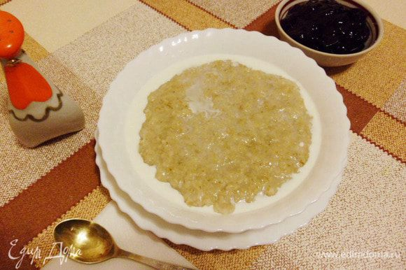 В подогретые тарелки выложить овсянку, полить сливками, посыпать сахарным песком. Подавать с фруктовым или ягодным джемом. У меня любимый джем — сливовый! Готово! «Овсянка, сэр!»