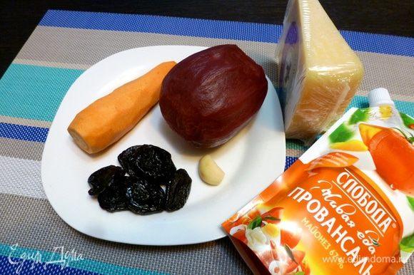 Подготовим все продукты. Свеклу необходимо сварить или запечь в духовке. Морковь и чеснок почистить.
