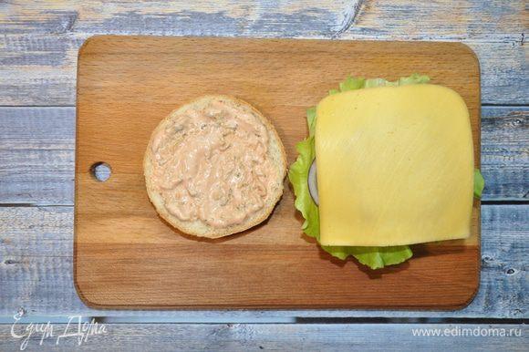 Пока котлета горячая, сразу кладем на нее сыр, чтобы он немного расплавилась.