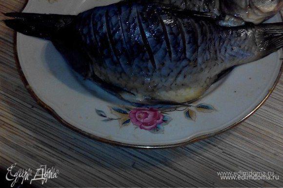 Затем делаем надрезы на рыбе (это рекомендуется делать, чтобы мелкие косточки «ужарились»).