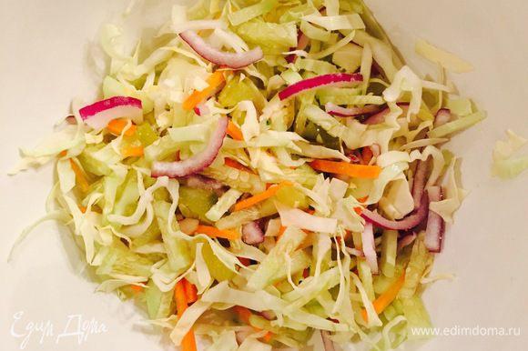 Смешать в миске огурцы, капусту, лук, морковь.