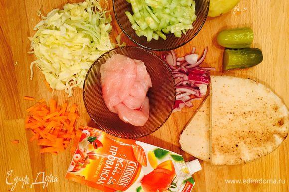 Подготовить ингредиенты. Нарезать соломкой морковь, капусту, огурцы. Лук нарезать полукольцами.
