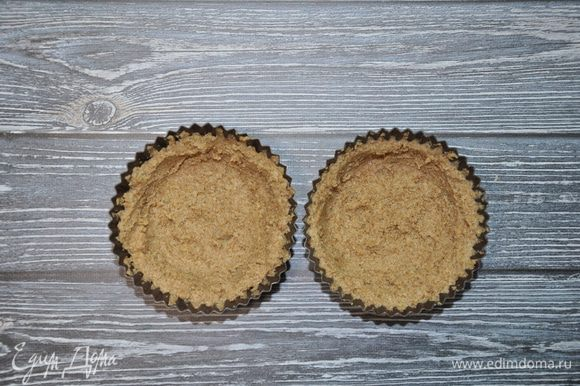 Выложите тесто в силиконовые формы слоем, толщиной примерно 0,5 см, и поставьте тарталетки в микроволновую печь на 2,5 минуты при мощности 800 Вт. Готовые тарталетки достаньте и дайте остыть.