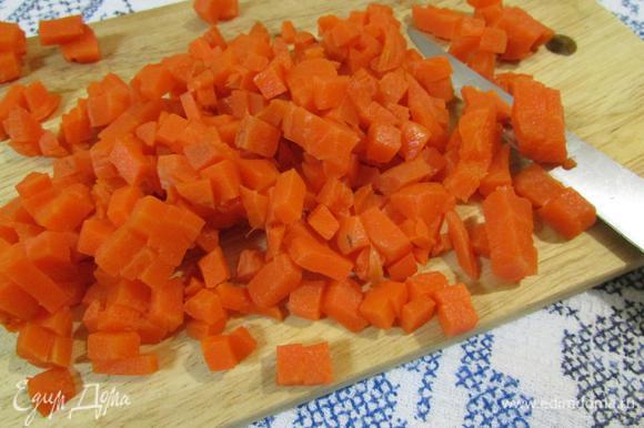 Морковь почистить и нарезать мелким кубиком.